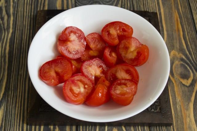 Очищаем помидоры от плодоножки и нарезаем